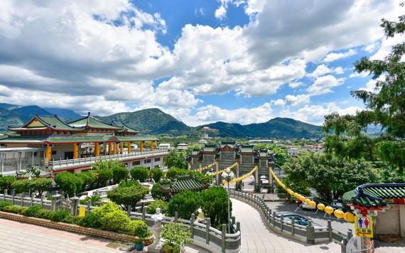 寶湖宮地母廟,壯麗的青瓦建築。
