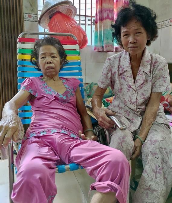 年紀大的姚金英每天照顧病倒的妹妹姚金蓮(左)。