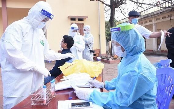 海陽省對接受集中隔離者進行新冠病毒核酸採樣檢測。(圖源:T.N)