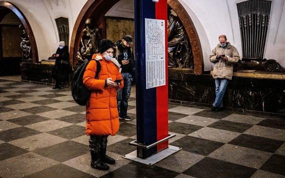 2021年3月10日,俄羅斯上班族在莫斯科Ploschad Revolyutsii地鐵站在使用各自的手機。俄羅斯從當天開始對推特(Twitter)採取減速措施,原因是該社交媒體拒絕刪除平台上「非法」內容。(圖源:AFP)