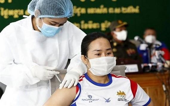 圖為3月2日,在柬埔寨金邊市,醫護人員給民眾接種新冠疫苗。(圖源:新華社)