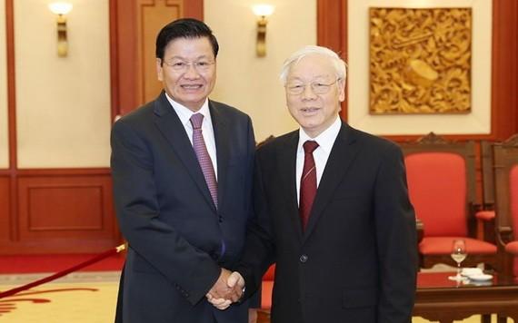 黨中央總書記、國家主席阮富仲(右)與老撾總書記、政府總理通倫‧西蘇里。(圖源:越通社)