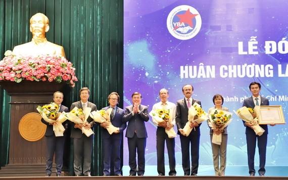 市人委會主席阮成鋒向市年輕企業家協會頒授一等勞動勳章。(圖源:越通社)