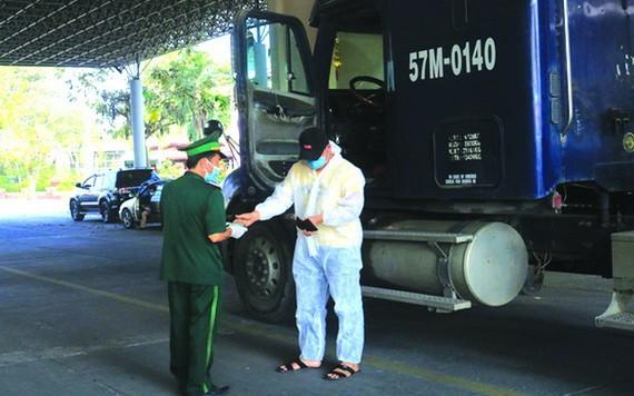 在沐牌口岸檢查集裝箱司機。