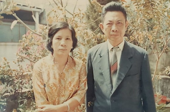 李文雄教授與妻子武氏芬1970年攝於堤岸振中越文學校三樓。