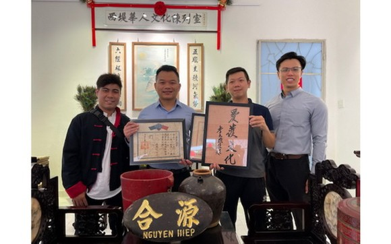 劉金鐘(左三)向陳列室捐贈大量的華人懷舊物品。