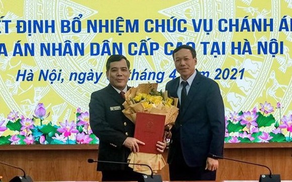 新任河內市高級人民法院院長阮春靖(左)領接人事委任《決定》。(圖源:C. Hùng)