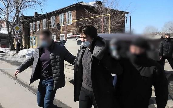 俄羅斯聯邦安全局在巴爾瑙爾市逮捕一名男子,該男子計劃炸毀當地清真寺。(圖源:TASS)