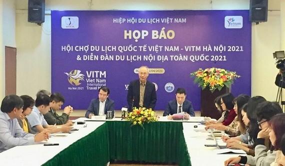 越南旅遊協會常務副主席武世平(中)在新聞發佈會上發言。(圖源:安黎)