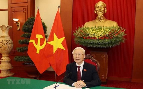 阮富仲總書記與普京總統電談。(圖源:越通社)