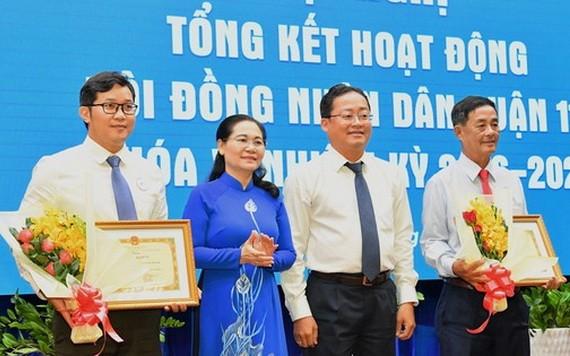 市人民議會主席阮氏麗表彰出色完成任務的幹部。(圖源:越勇)