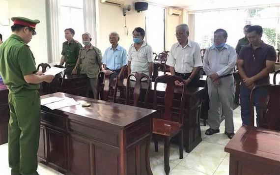 執法警員向6名涉案嫌犯宣讀逮捕令。(圖源:VTC)