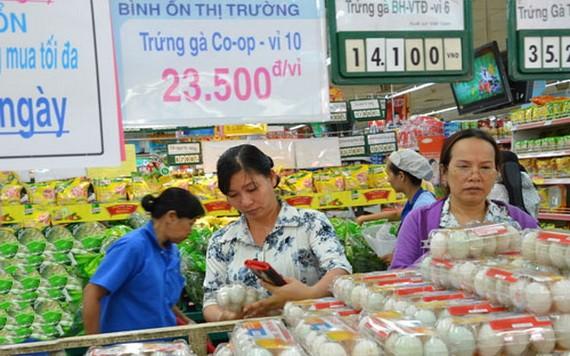 消費者在超市購買平抑物價產品。