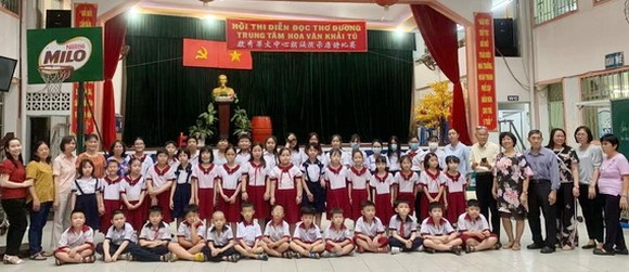參賽增強班學生與校長、老師合照。