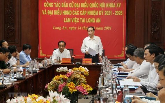 國會常務副主席陳清敏(中右)在會上發表指導意見。(圖源:越通社)