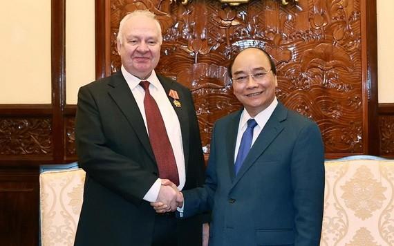 國家主席阮春福(右)接見俄羅斯駐越南特命全權大使康斯坦丁·弗努科夫。(圖源:統一)