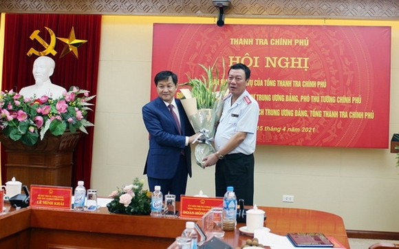 政府副總理黎明概(左)向政府總監察長段鴻鋒贈送鮮花祝賀。(圖源:方孝)