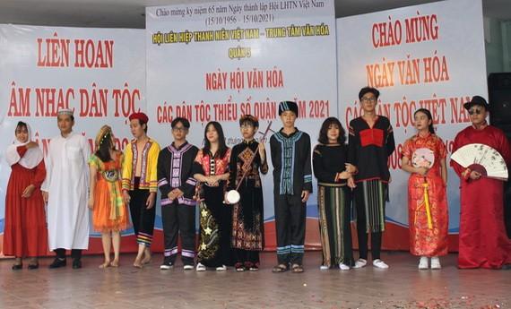 青年參加少數民族服裝表演。