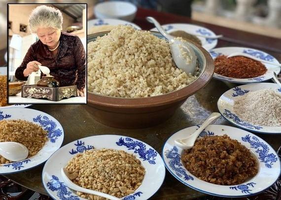 順化宮廷飲食藝人尊女氏霞正在烹煮順化人十分講究的「鹽餐」,這也是《記憶中美食》項目之一。