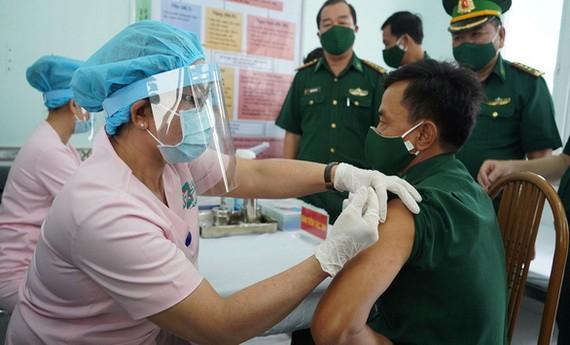 為邊防戰士接種新冠疫苗。