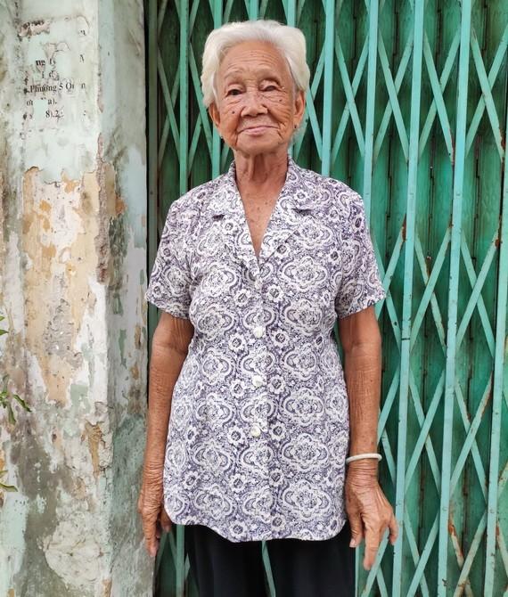 陳氏香老大娘站在鄰居家門口。