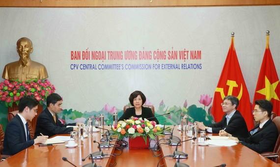 中央對外部副部長阮氏黃雲(中)出席會議並發言。(圖源:越通社)