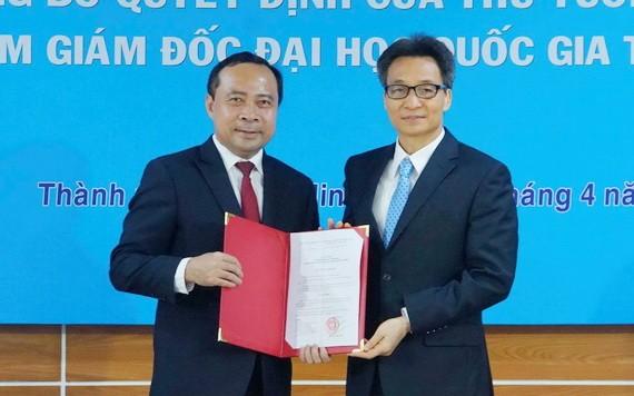 武海軍副教授(左)從政府副總理武德膽手中接過人事委任《決定》。(圖源:VNN)
