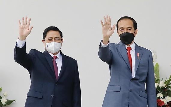 政府總理范明政(左)與印尼總統佐科‧維多多。(圖源:越通社)