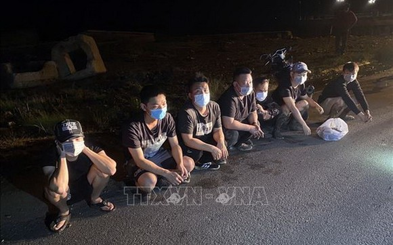 河仙市國際口岸附近24日凌晨2時許,非法出境柬埔寨的7名中國籍人員被職能力量查獲並拘留。(圖源:越通社)