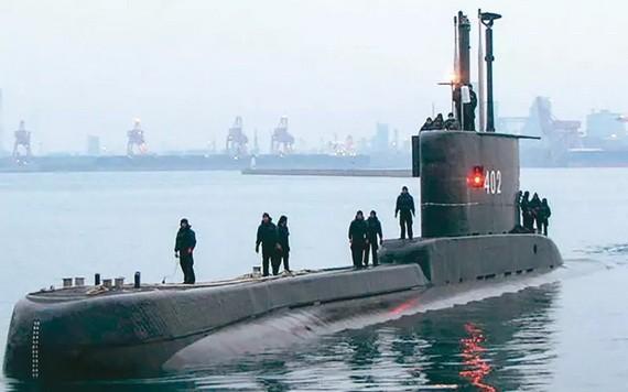 印尼海軍24日證實失聯潛艦已沉沒,圖為該艘潛艦早前停泊在泗水基地的身影。(圖源:Getty Images)