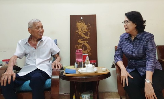 市越南祖國陣線委員會主席蘇氏碧珠看望華人革命老前輩何增同志。