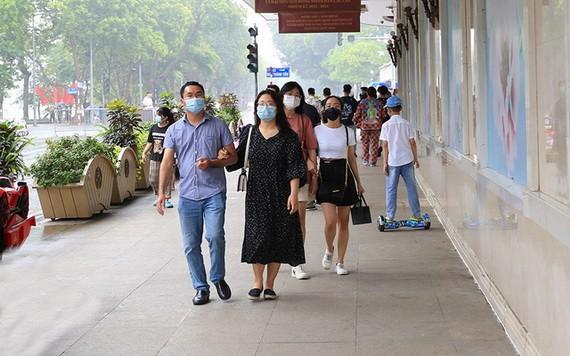 民眾外出時須佩戴口罩,嚴格遵循疫情防範措施。(圖源:衛生部)