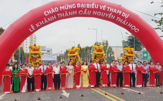 國家副主席武氏映春(黃衣者)出席阮太學橋落成剪綵儀式。(圖源:寶斗)