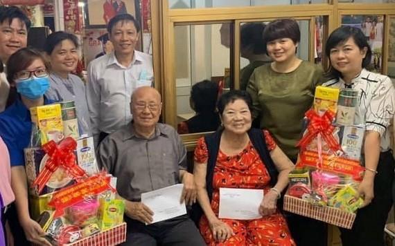 第五郡人委會副主席張明喬(右二)問候華人革命有功者林漢強伉儷。