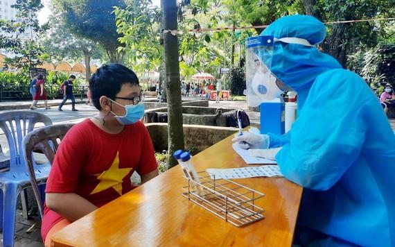 在公共場所隨機抽樣檢測新冠病毒。