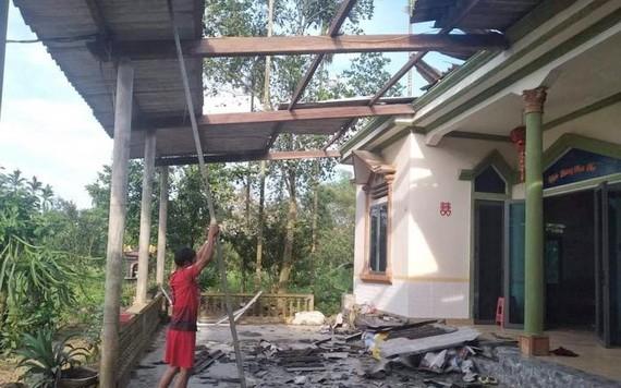 圖為河靖省香溪縣香平鄉一民房遭強降雨夾旋風吹襲掀頂和損壞現場。