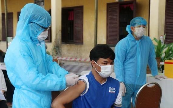 """5月1日起,柬埔寨國防部醫療部隊在疫情""""紅區""""為18歲以上民眾接種疫苗。(圖源:柬中時報)"""