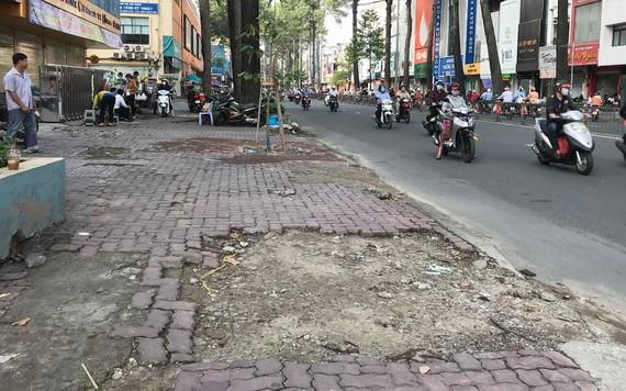 第十郡二月三日街的人行道嚴重損壞。
