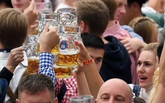 圖為2019年9月21日,人們在第186屆德國慕尼黑啤酒節上享用啤酒。(圖源:新華社)