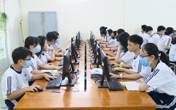 學生在上信息學課程。(圖源:秋心)