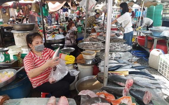 馮興街市的商販們近日都戴上了口罩 。