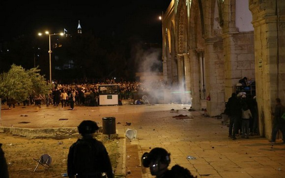"""這是5月7日在耶路撒冷老城內的聖殿山(穆斯林稱""""尊貴禁地"""")拍攝的衝突現場。(圖源:新華社)"""