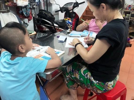 陳氏紅詩老師與自己的學生。