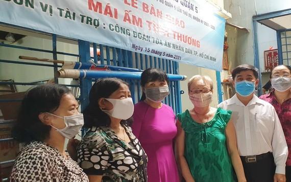 兩個華人家庭獲贈送溫情屋