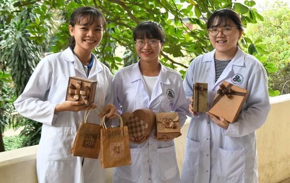 鄭玉雲英、張武錦慶、黎氏碧鳳與她們利用香蕉樹幹製作的產品。