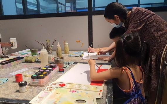 與孩子一起畫畫也是幫助他們度過一個有意義的暑期。
