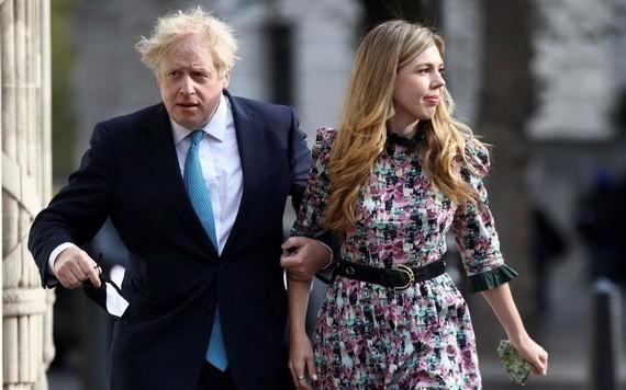 英國首相約翰遜與其未婚妻西蒙茲。(圖源:Getty Images)