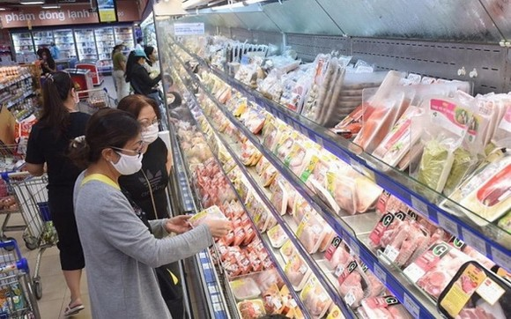 消費者在超市選購物品。(示意:耀基)