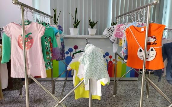 市兒童醫院的衣服免費區,為家長及其兒女提供適合的衣服。