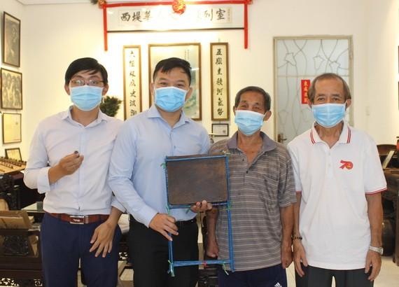 一等抗戰勳章獲得者周純光先生(左三)向陳列室捐贈母親遺物。